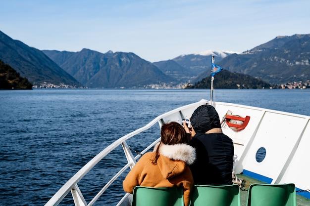 관광객은 호수 코모 다시보기에 흰색 요트 항해