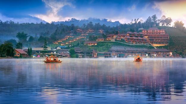 태국 매홍손(mae hong son)성 반락타이(ban rak thai) 마을에서 관광객들이 배를 타고 있다.