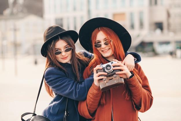 Туристы фотографируют на ретро камеру