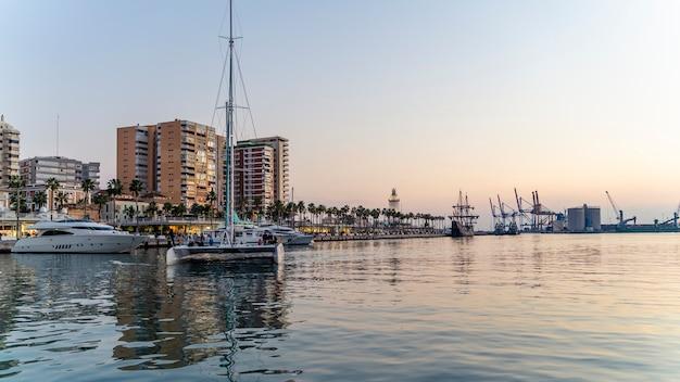 マラガ港で帆船に乗る観光客