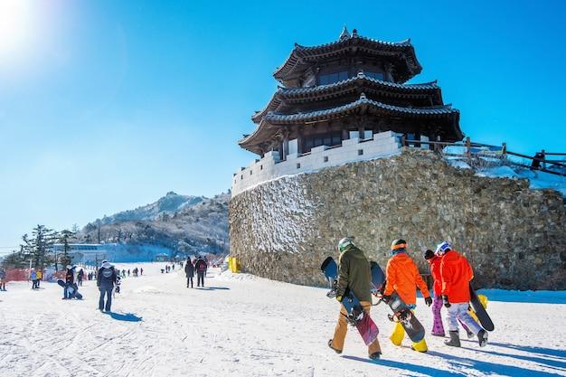 한국 덕유산 주변의 아름다운 풍경과 스키를 찍는 관광객들
