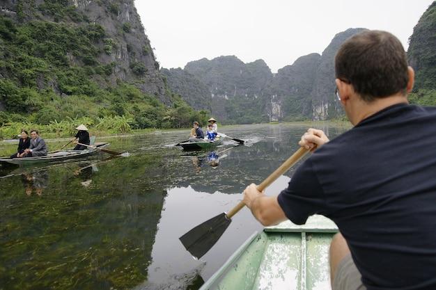 Туристы гастролируют по побережью халонг, вьетнам.