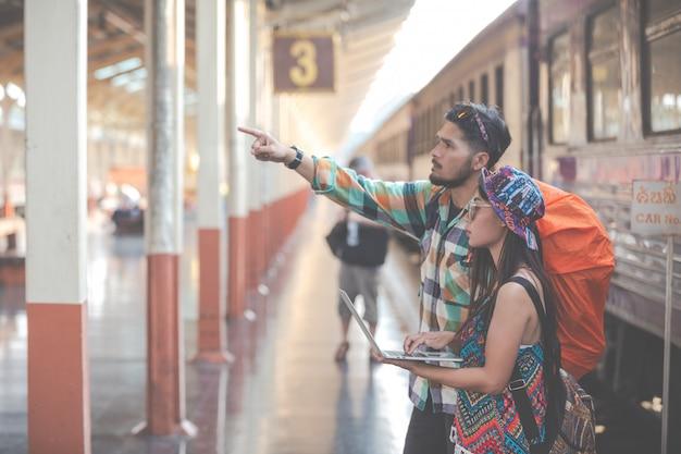 관광객은 기차역으로 여행합니다.