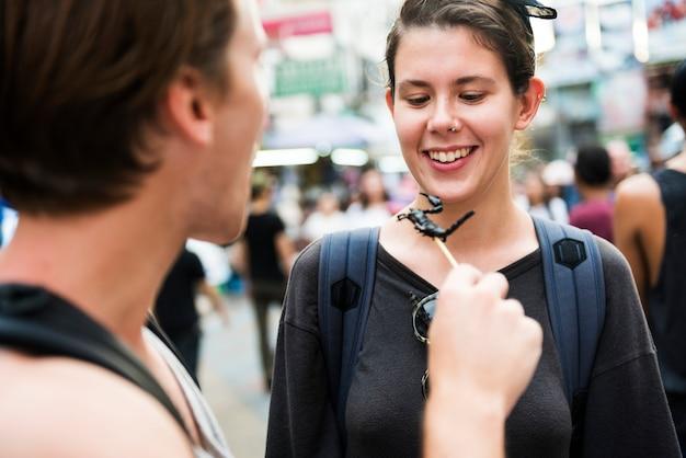 タイのバンコクでサソリを試みる観光客
