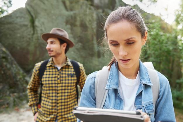 Туристы с помощью цифрового планшета