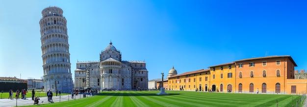 Туристы посещают знаменитую падающую башню пиза италия