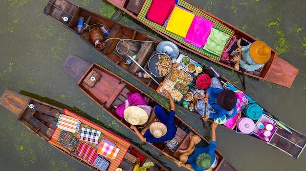 Туристы, посещающие на лодке