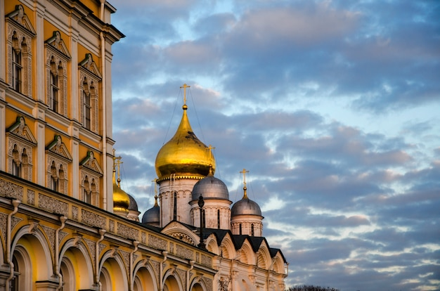クレムリンを訪れる観光客。仮定大聖堂があるこのソボルナヤ広場の内部。