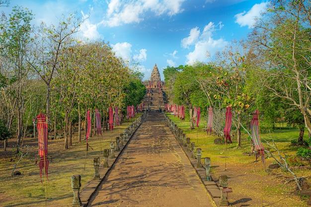 관광객들이 prasat phanom rung 역사 공원을 산책합니다.