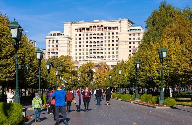 Туристы гуляют по аллее в александровском саду.