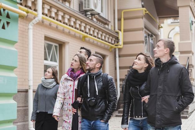 Туристы, идущие и осмотревшие достопримечательности