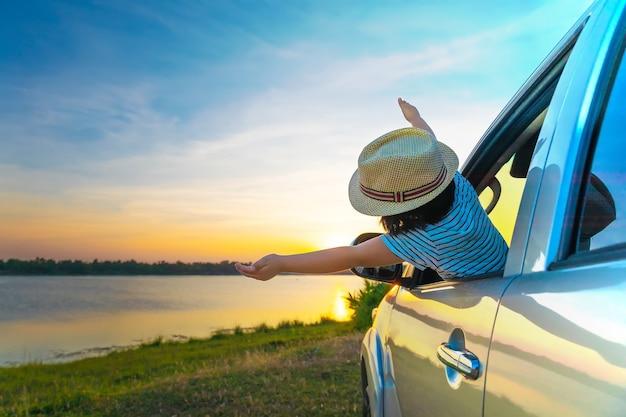 모험을 향해! 편안 하 고 여행을 즐기는 여자.