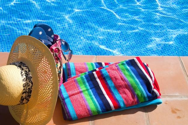 プールサイド近くのタオルと入浴アクセサリー
