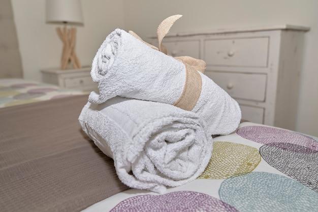 Полотенце на детали кровати
