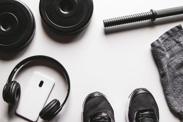 수건, 운동화, 물, 흰색 배경에 헤드폰 스마트 폰