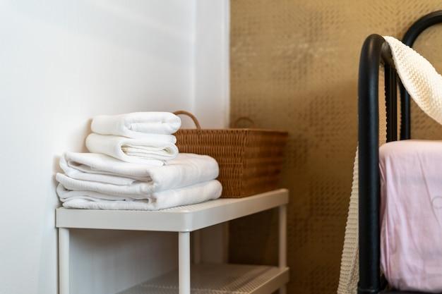 Полотенце с корзиной в номер
