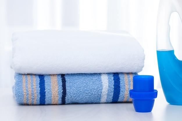 Полотенца и жидкий стиральный порошок.