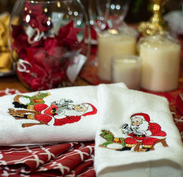 クリスマスパーティーで使用される、紙の刺繡が付いたタオルとティータオル。