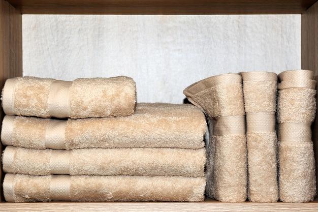 棚にはタオルが敷かれています