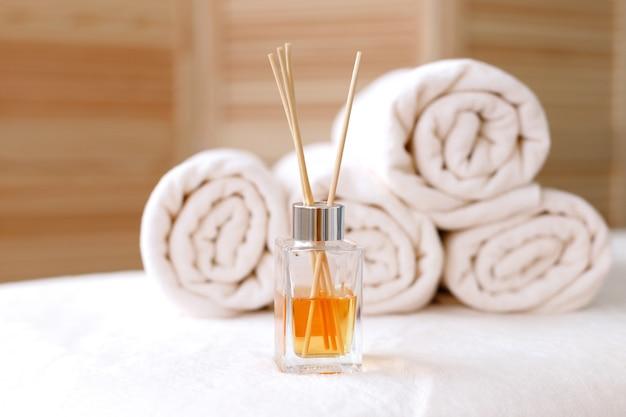 Полотенца для массажа и ароматизатор в массажном кабинете