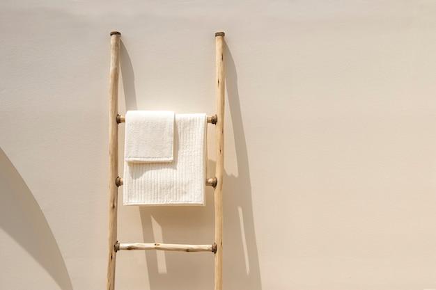 Полотенца, висящие на лестнице, минималистичный и эстетичный минималистичный дизайн интерьера