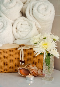 Полотенца в корзине в ванной.