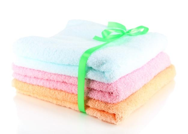 Полотенца, перевязанные лентой, изолированные на белом