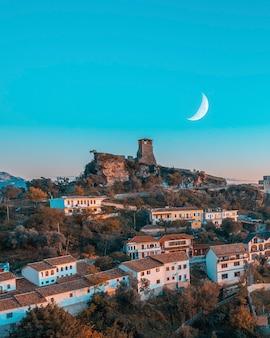 塔と空に三日月のある古代都市ヒヴァの古い壁、クルヤ、アルバニア