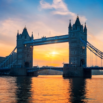 ロンドンの日の出のタワーブリッジ。