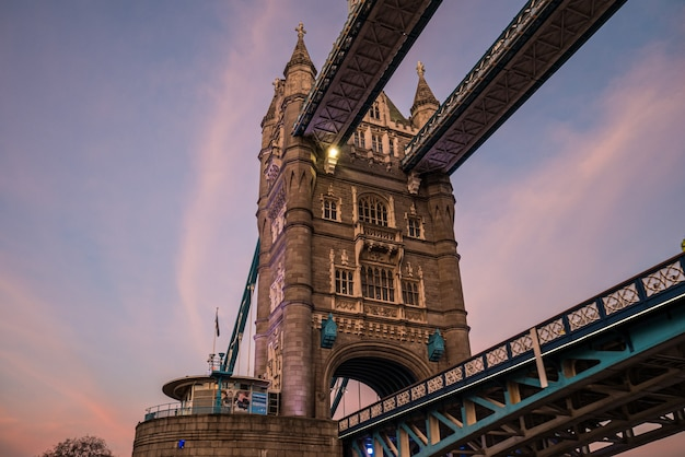 Тауэрский мост в лондоне на закате.