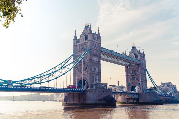 英国、ロンドンシティのタワーブリッジ