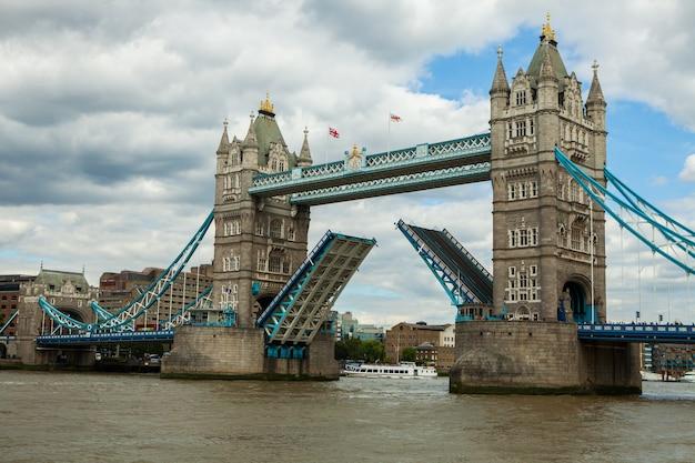 Тауэрский мост в лондоне, великобритания.