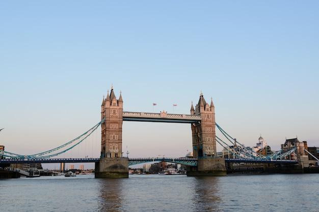 아름 다운 화창한 날에 런던의 타워 브리지. 2014년 7월 23일 - 영국 런던.