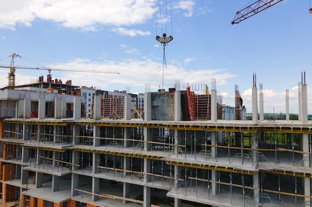 建設中の高コンクリート住宅のタワークレーン。不動産開発のコンセプト。