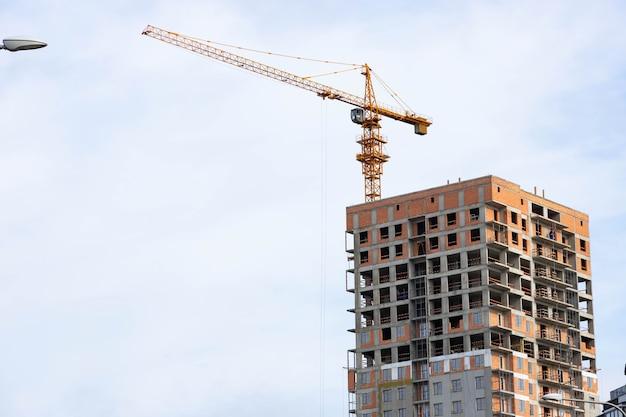 建設中の家の背景にタワークレーン