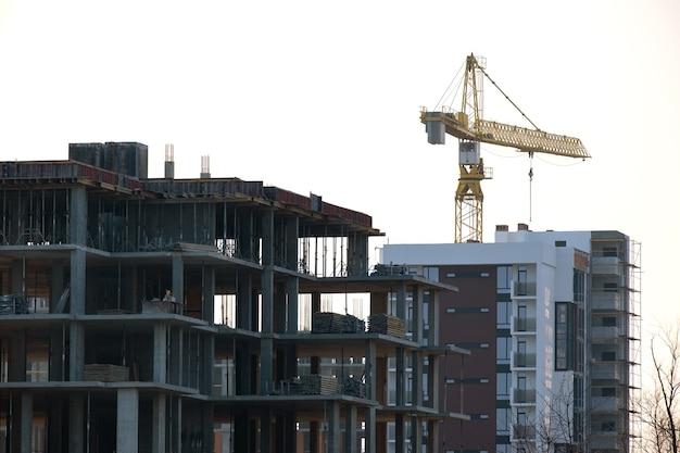 タワークレーンと建設中の高層住宅。不動産開発。