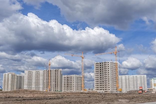 タワークレーンと高層ビルの建設