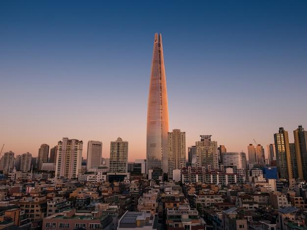 주변에 작은 건물이있는 서울 타워