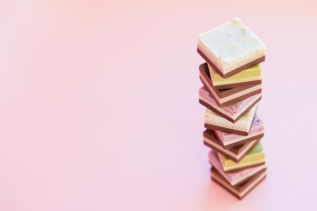 Башня из маленьких кусочков сладкого торта