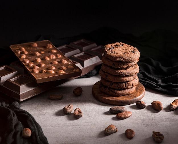 チョコレートバーとクッキーの塔