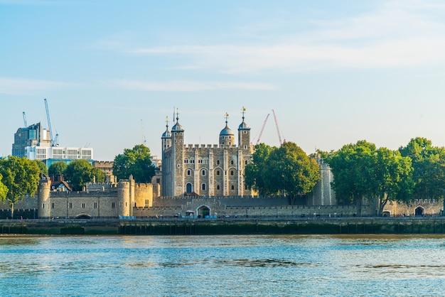 Достопримечательность здания дворца лондонский тауэр в лондоне