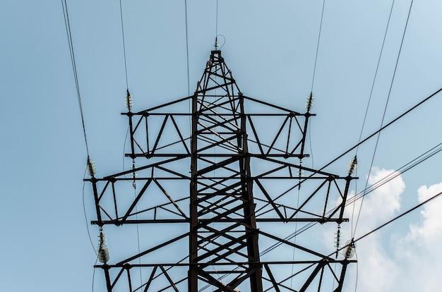 Башня линий электропередач. вид снизу