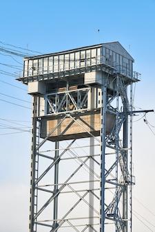 2단 수직 승강교 타워. 칼리닌그라드 시의 이층 다리. 푸른 하늘 배경