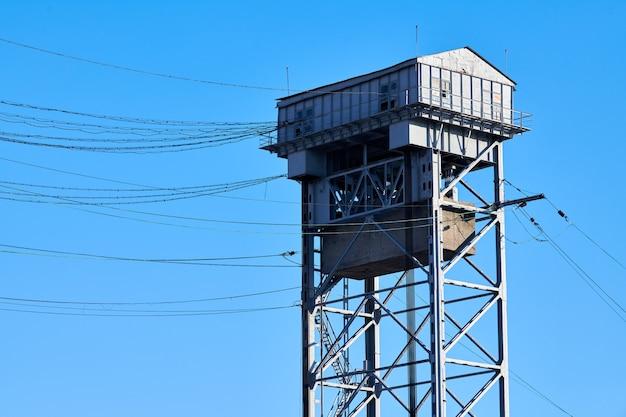 2 층 수직 리프트 다리의 탑