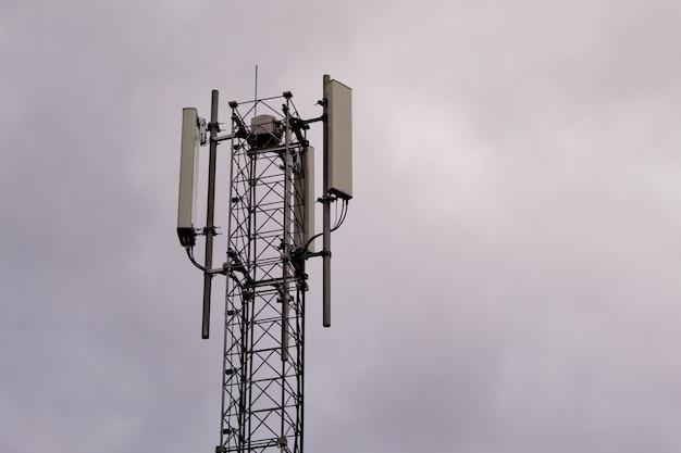 5gおよび4gセルラーネットワークアンテナを備えたタワー