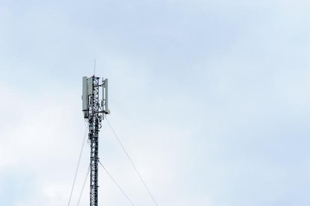Башня с мобильными антеннами оператора на фоне неба