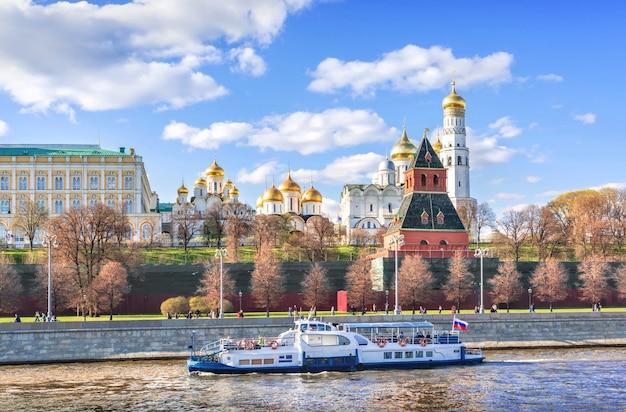 クレムリンの塔と寺院、モスクワのモスクワ川にある遊覧船