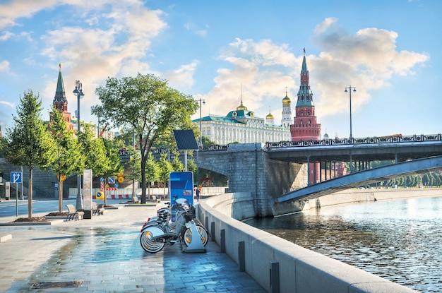 モスクワのクレムリンの塔と寺院、そして夏の晴れた朝のモスクワ川の堤防にある自転車