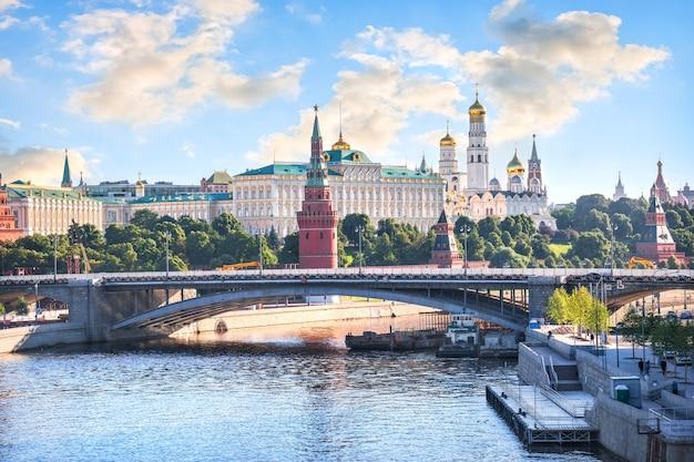 夏の晴れた朝のモスクワとモスクワ川のクレムリンの塔と寺院