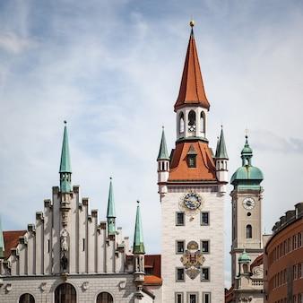 Башни старого города мюнхена, германия Premium Фотографии